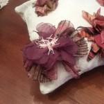 Spilla fiore in maglina e organza con petali e pistilli realizzati a mano