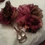 Spilla doppia con fiori in maglina e catenella dorata