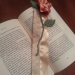 Segnalibro in raso e pizzo, stelo e foglie crochet